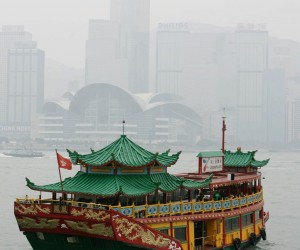 A Chinese style roofed tourist ferry is seen as it departs fom a pier into the smog on Victoria Harbour in Hong Kong, 16 September 2007.  Hong Kong is currently experiencing high levels of pollution, which can lead to long term health problems for residents.  AFP PHOTO / ROB ELLIOTT - AFP original / ROB ELLIOTT ( x )