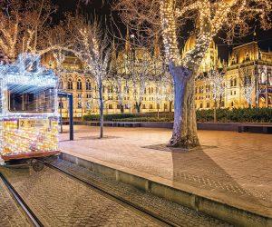 L'hiver, le tramway 2 s'illumine au départ de la place Fővám.